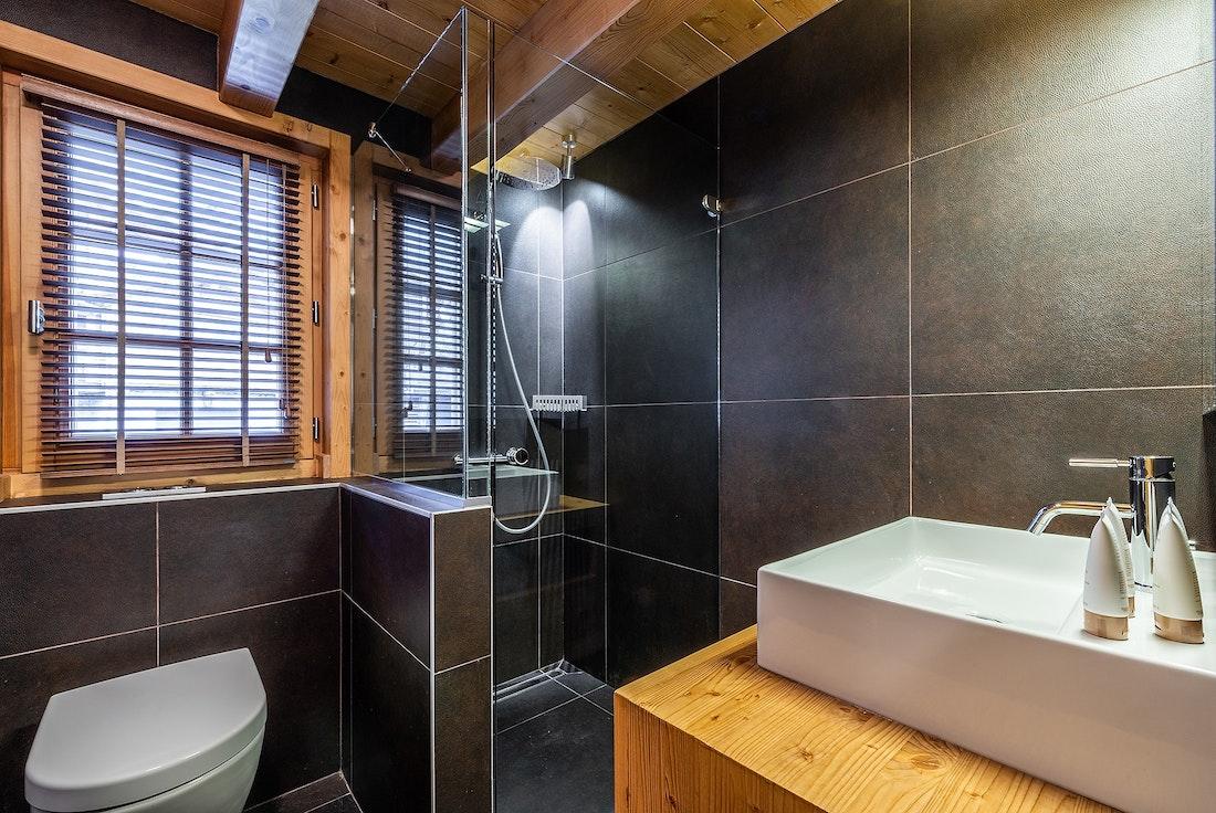 Modern bathroom walk-in shower ski chalet Abachi Les Gets