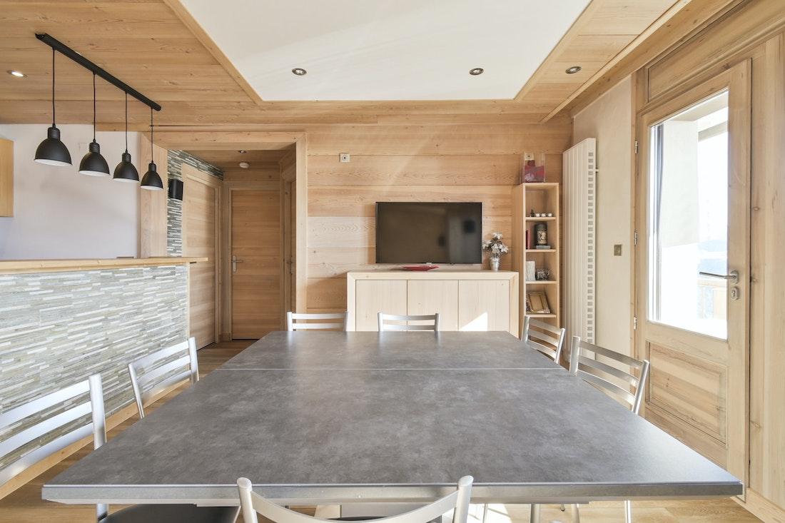 Beautiful open plan dining room ski in ski out apartment Itauba Courchevel 1850