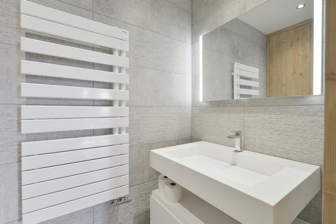 Modern bathroom amenities ski in ski out apartment Itauba Courchevel 1850