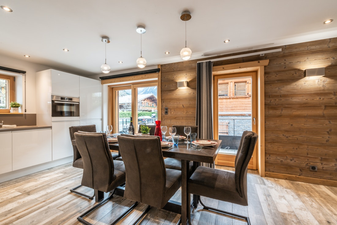 Dining room with fully-equipped kitchen at Ourson accommodation in Morzine