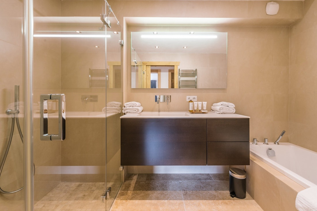 Contemporary bathroom walk-in shower bathtub hotel services chalet Omaroo II Morzine