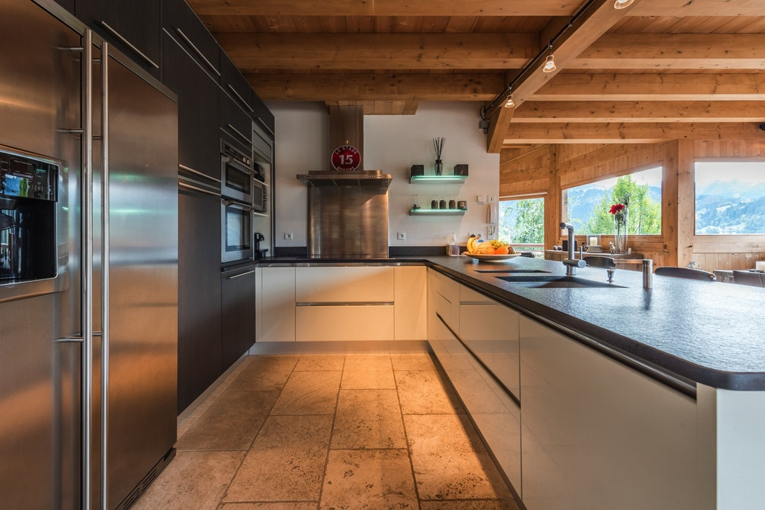 Black and white open kitchen at Omaroo I luxury chalet in Morzine