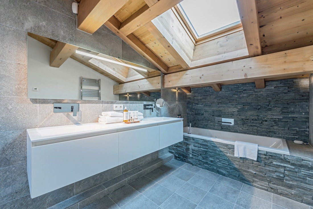 Modern bathroom bathtub sauna chalet Omaroo II Morzine