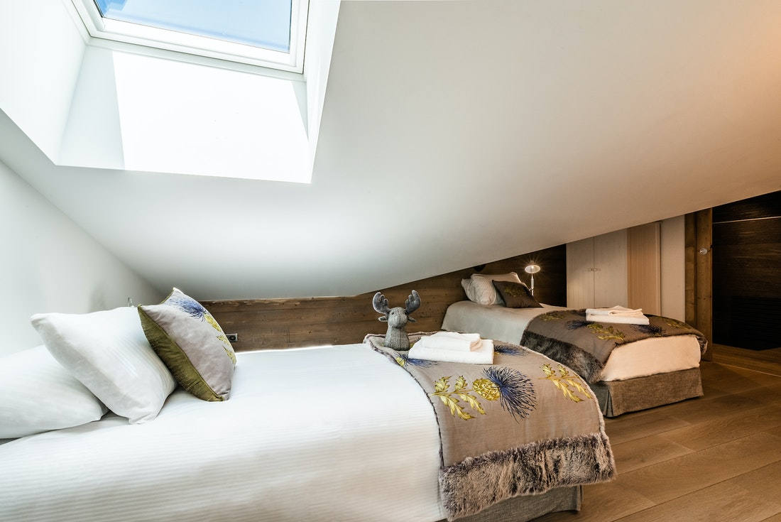 Bedroom with two single beds at Ozigo accommodation in Les Gets