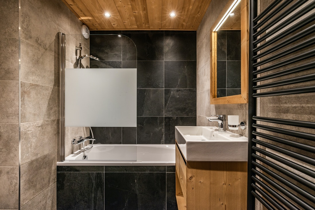 Modern bathroom bath tub ski in ski out apartment Juglans Alpe d'Huez