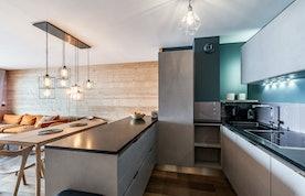 Cuisine moderne aménagée gris clair à la location Wapa à l'Alpe d'Huez [Need_Transalte]