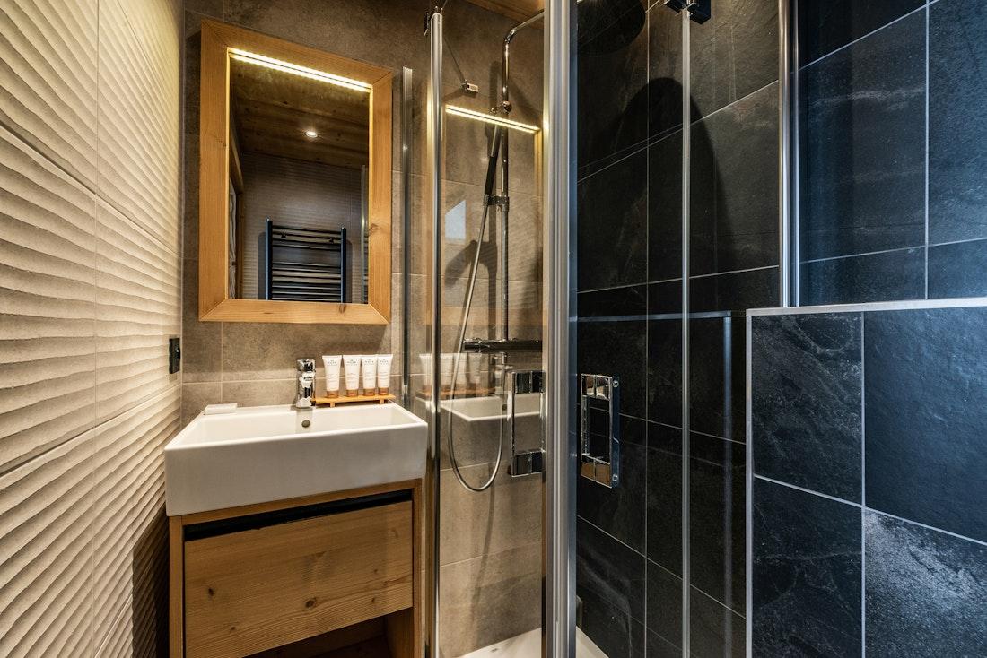 Modern bathroom walk-in shower ski in ski out apartment Juglans Alpe d'Huez
