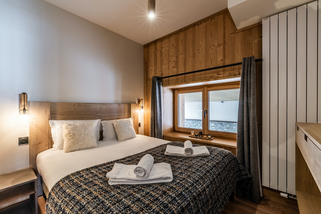 Spacious double ensuite bedroom ski in ski out apartment Sorbus Alpe d'Huez
