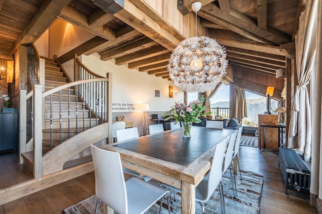 Belle salle à manger ouverte appartement de luxe familial Tiama Courchevel 1850