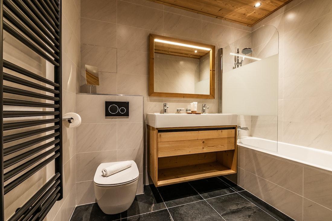 Luxury bathroom bathtub ski in ski out apartment Sorbus Alpe d'Huez
