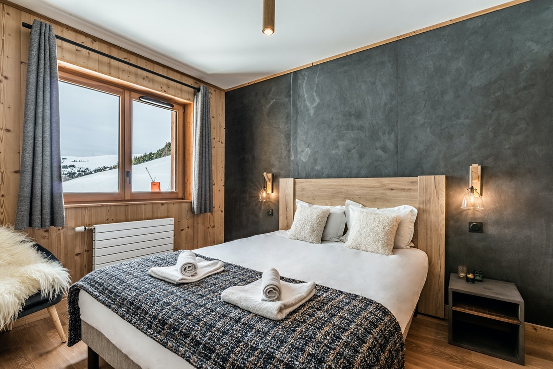 Cosy double ensuite bedroom ski in ski out apartment Thuja Alpe d'Huez