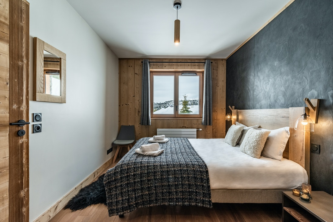 Cosy double ensuite bedroom ski in ski out apartment Juglans Alpe d'Huez