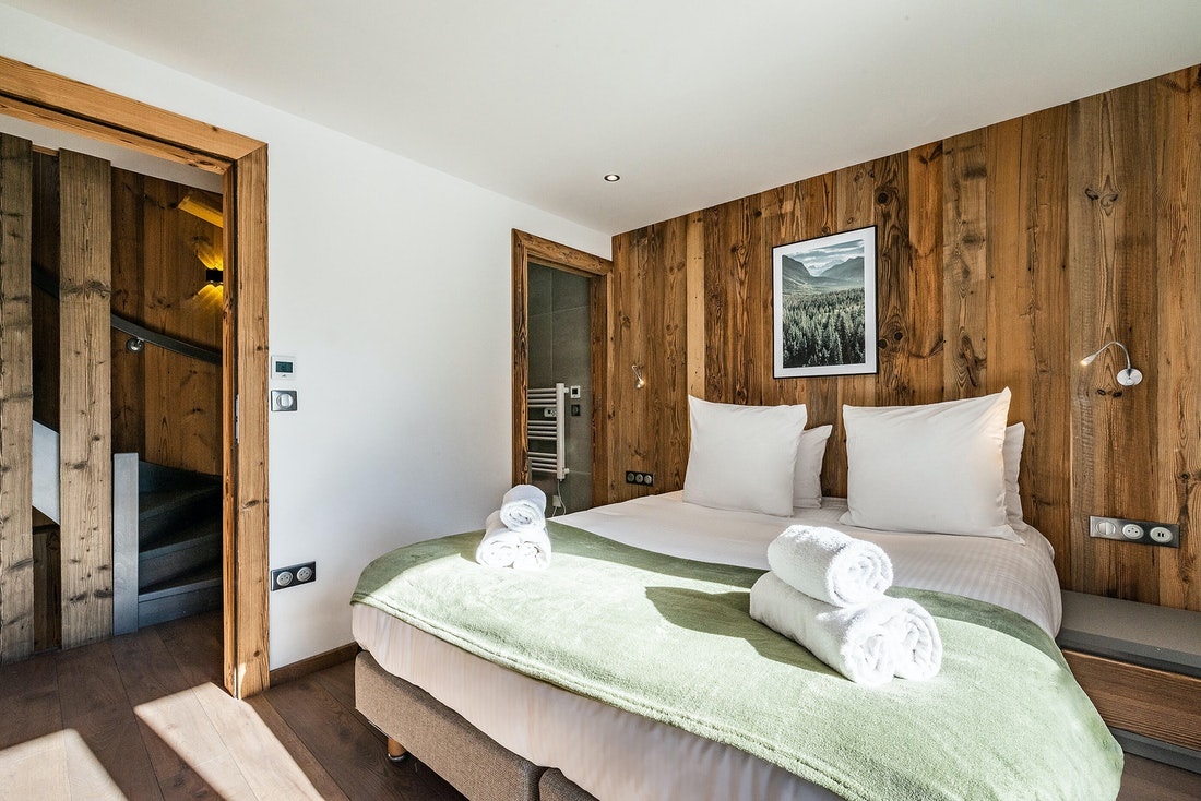 Cosy double bedroom ample cupboard space mountain views family chalet Badi Chamonix