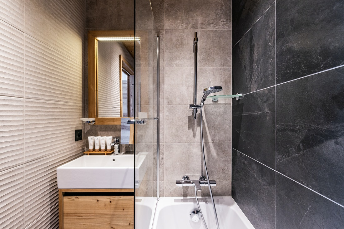 Modern bathroom walk-in shower ski in ski out apartment Thuja Alpe d'Huez