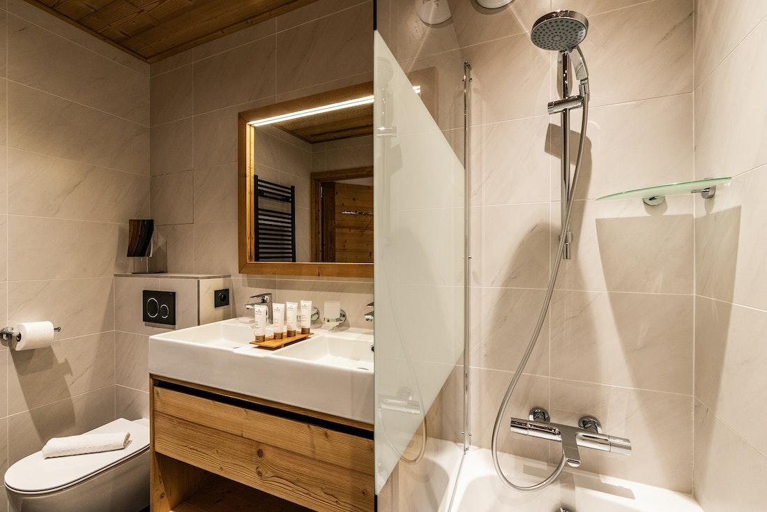 Contemporary bathroom bathtub ski in ski out apartment Sorbus Alpe d'Huez