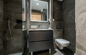 Salle de bain moderne avec douche à la location Wapa à l'Alpe d'Huez [Need_Transalte]