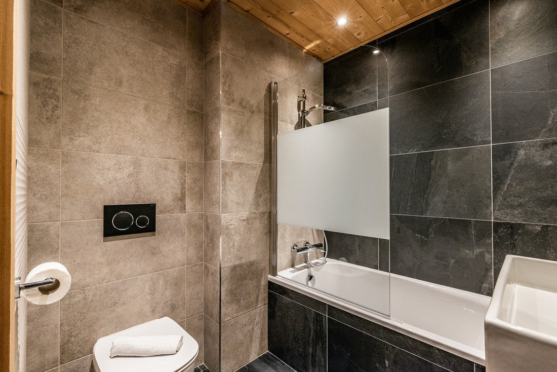 Design bathroom bath tub  ski in ski out apartment Juglans in Alpe d'Huez