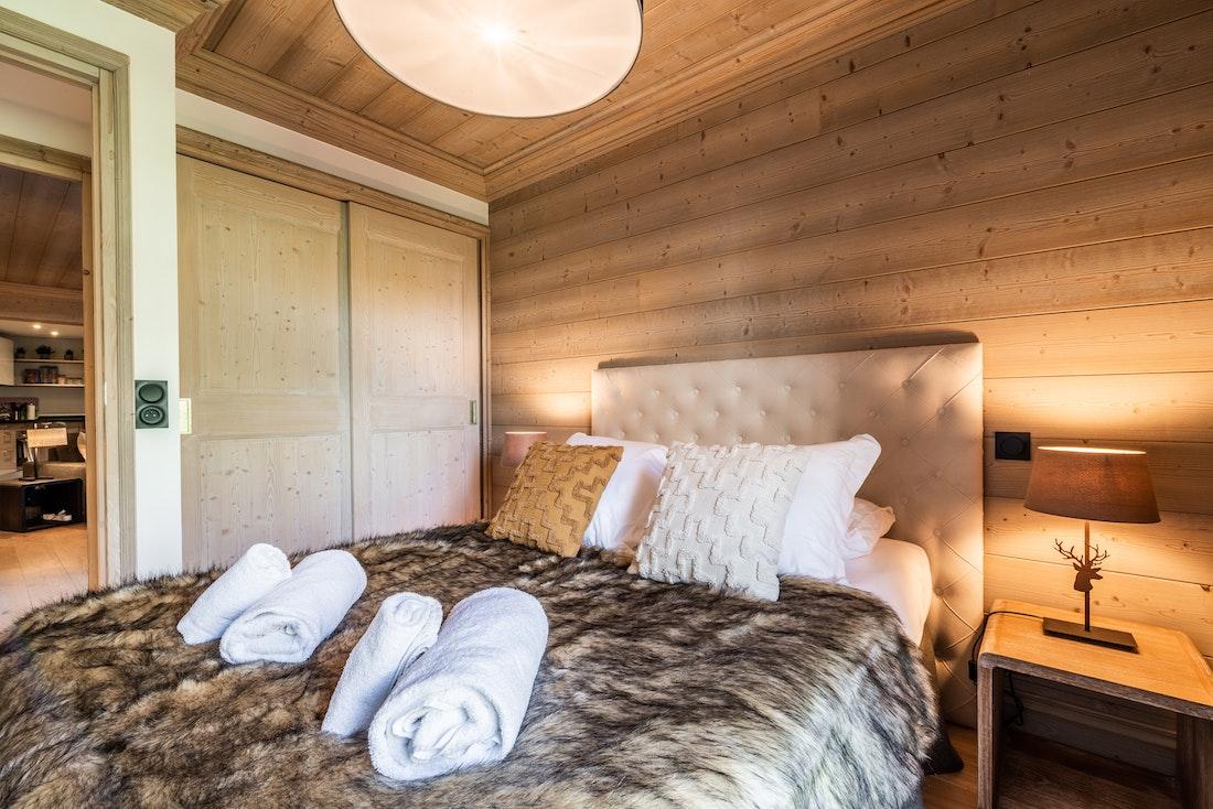 Chambre double moderne salle de bain appartement Padouk Courchevel Moriond