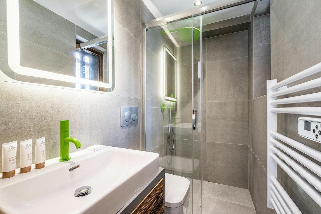 Contemporary bathroom bath tub family chalet Badi Chamonix