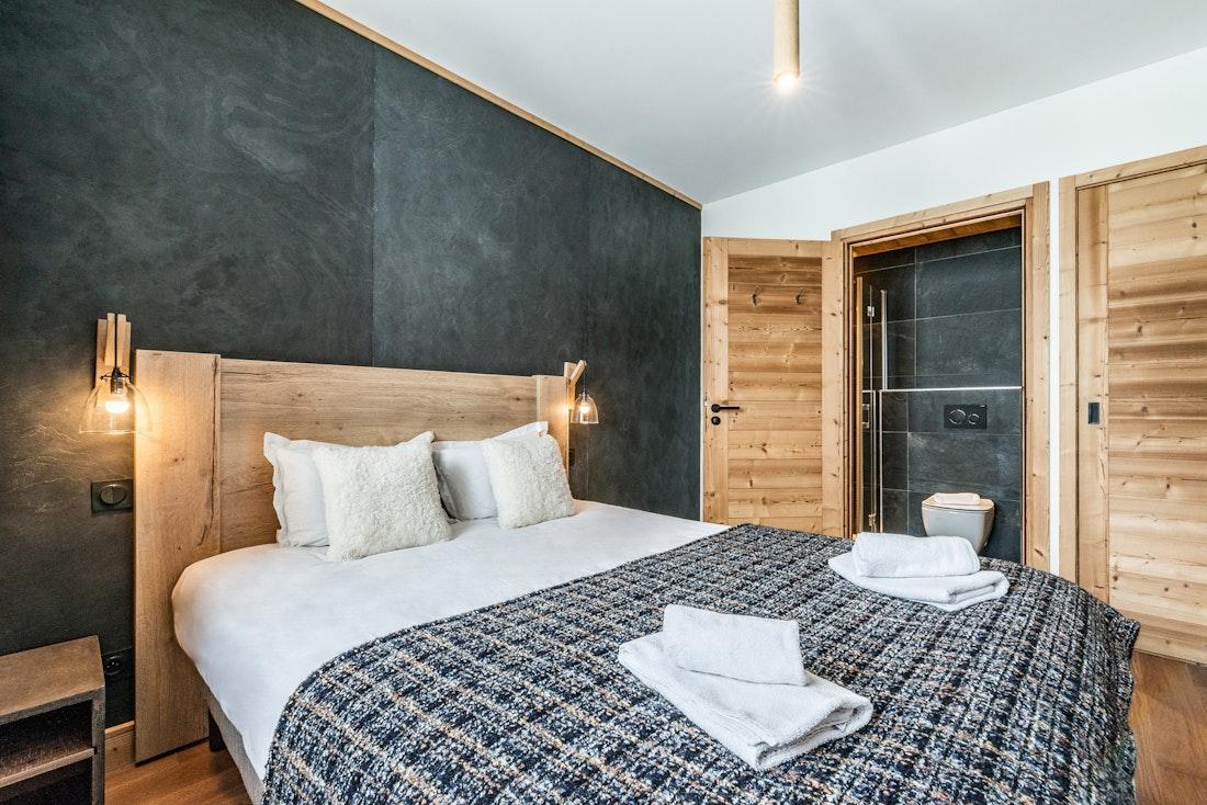 Luxury double ensuite bedroom ski in ski out apartment Juglans Alpe d'Huez