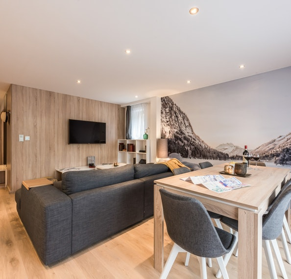 Living room with a TV at Iroko accommodation in Morzine