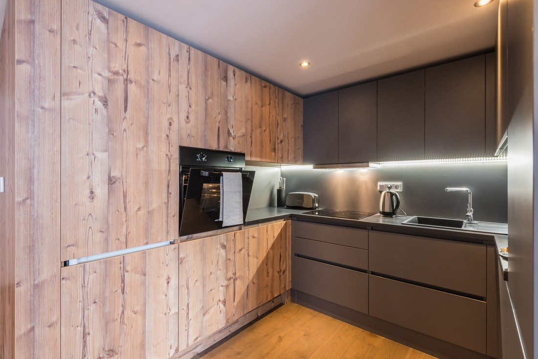 Wooden fully-equipped kitchen of Ayan accommodation in Morzine