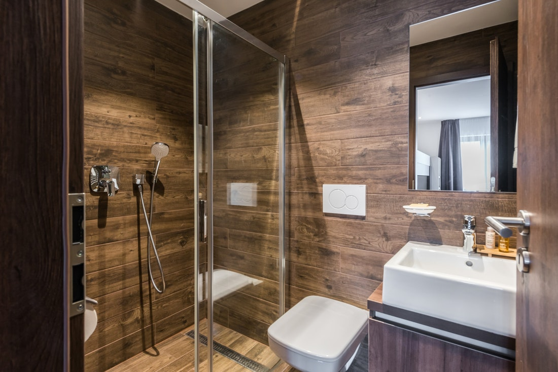 Wooden shower at Catalpa accommodation in Morzine