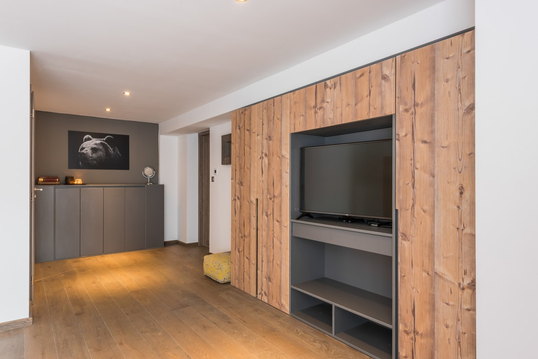 Alpine wooden bedroom luxury ski apartment Ayan Morzine