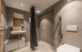 Modern bathroom walk-in shower family apartment Ipê Morzine