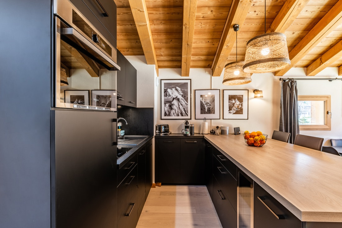 Fully equipped modern kitchen island Sapelli accommodation Chamonix