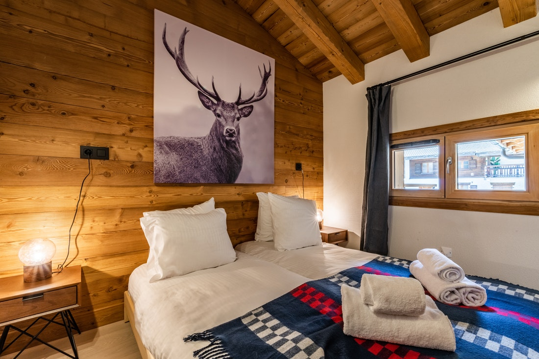 Double bedroom with fresh towels at Sapelli accommodation in Chamonix