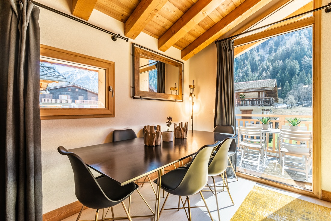Dining room with amazing view on the mountains at Sapelli accommodation in Chamonix