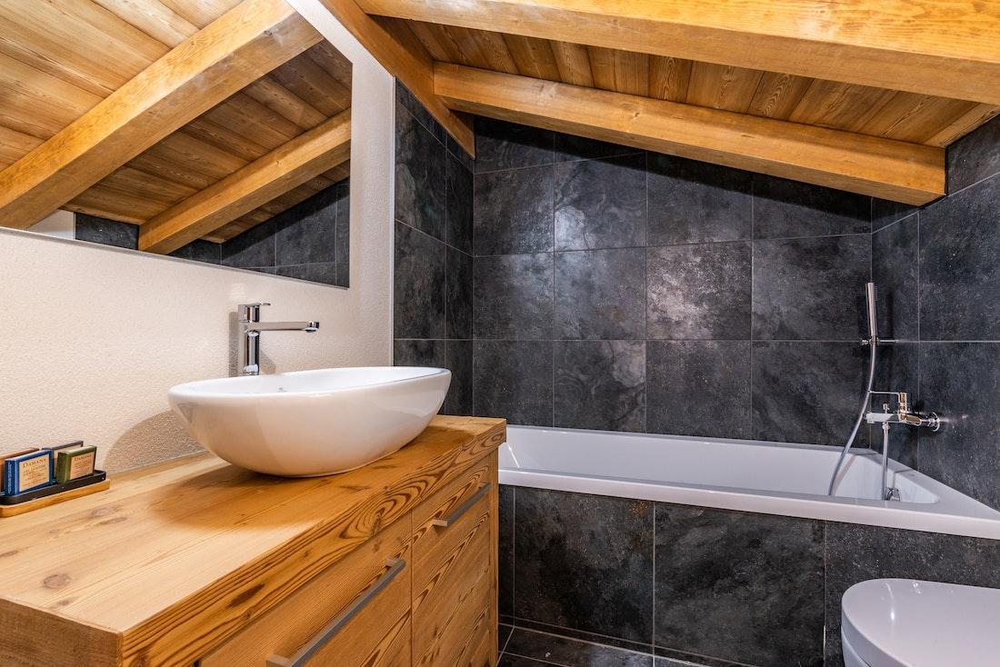 Modern bathroom with bath tub at Sapelli accommodation in Chamonix