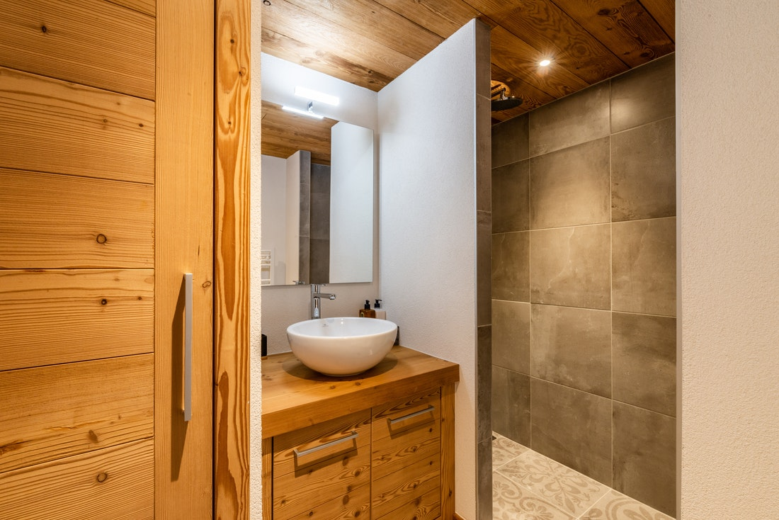 Modern bathroom with shower at Sapelli accommodation in Chamonix