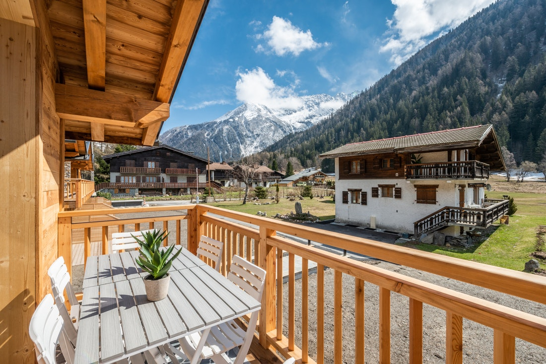 Balcony with amazing view on the mountains at Sapelli accommodation in Chamonix