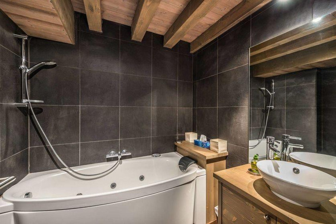 Exquisite bathroom luxury bathtub family apartment Tiama Courchevel 1850